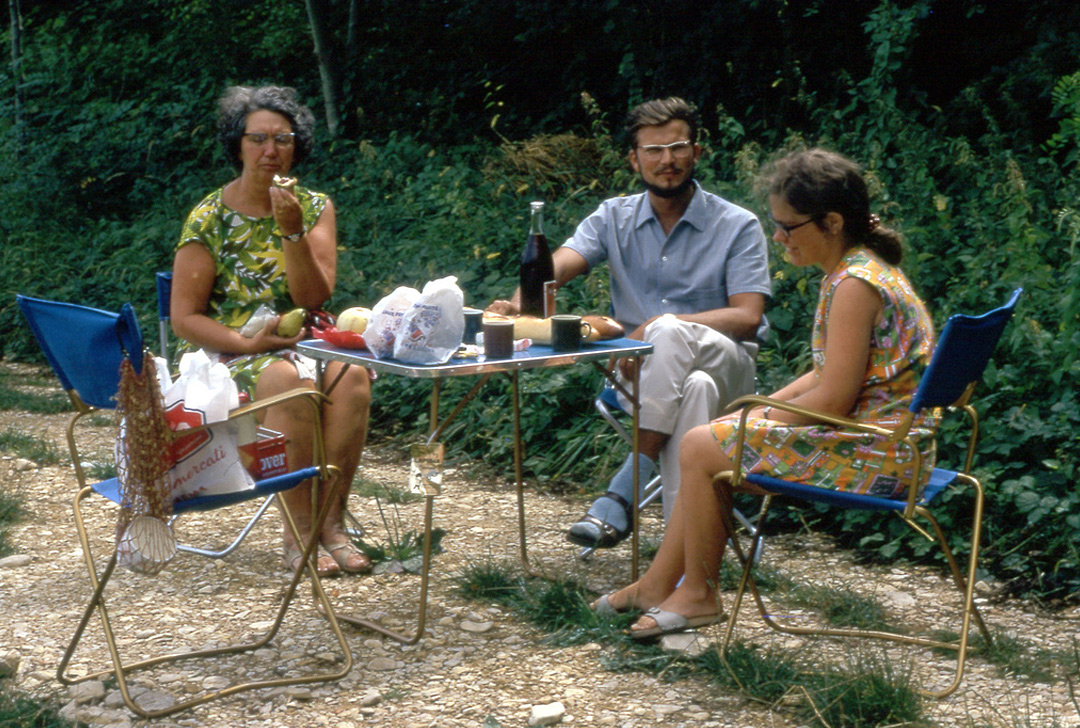 1970s-picnic-with-wine