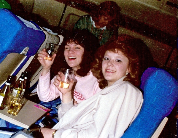 1980s-drinking-wine-on-planes