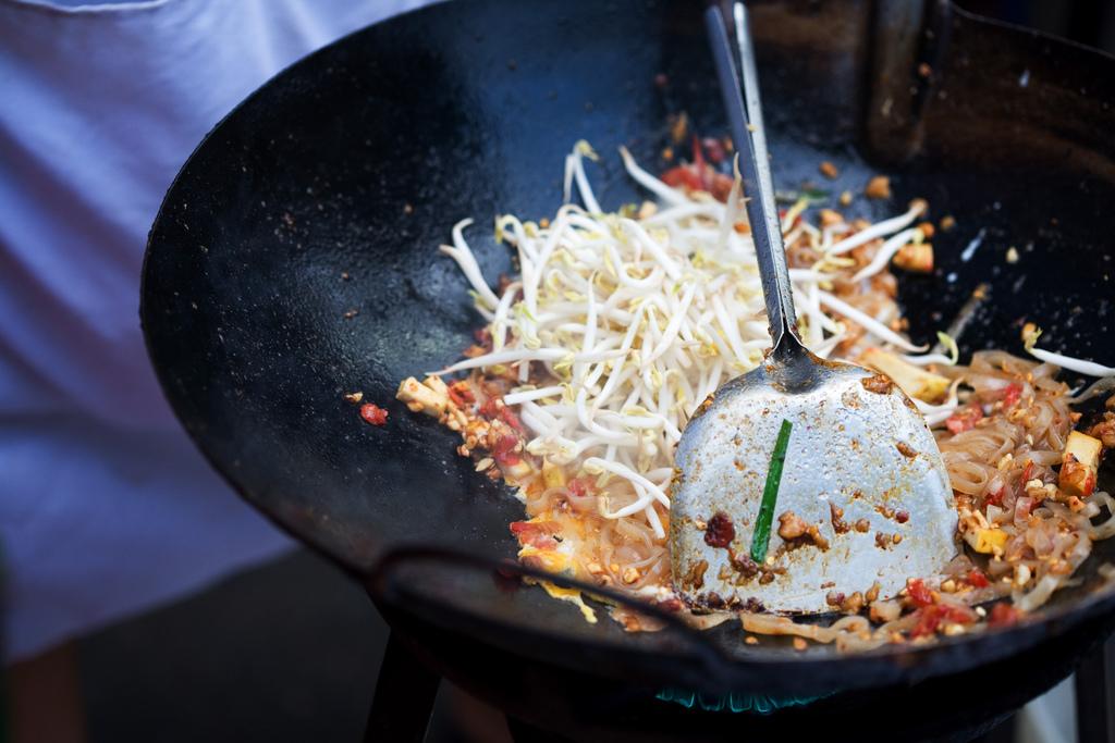 prosecco-thai-food-stree-pad-thai-charles-haynes