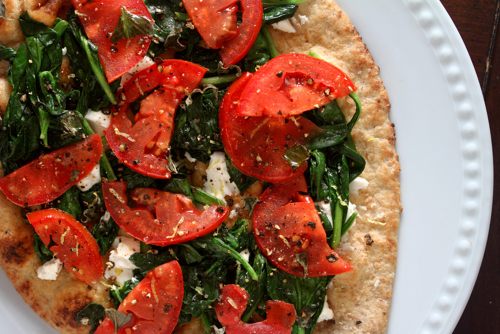 flatbread-pizza-with-tomatos-spinach-cheese