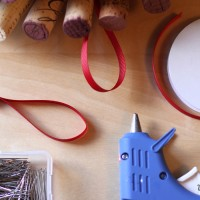 how-to-make-a-wine-cork-wreath-decorating